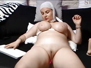 SAUDI ARABIAN WOMAN SHOWS..